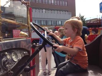 Oliver styr brandbilen