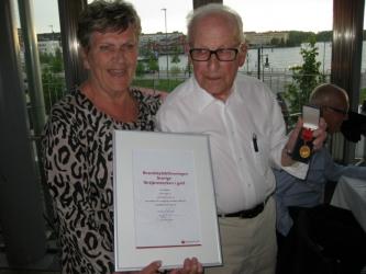 Margaretha Lindbäck delade ut Brandskyddsföreningens förtjänsttecken i guld till Olle Hägglund